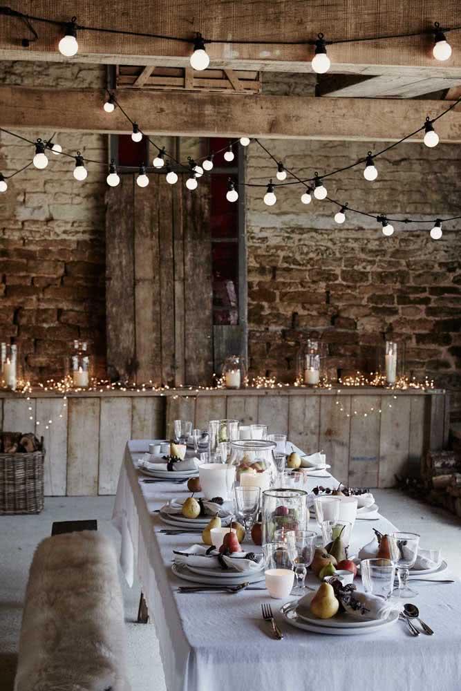 Varal de lâmpadas para recepção de festa. Repare que o pisca pisca também foi utilizado