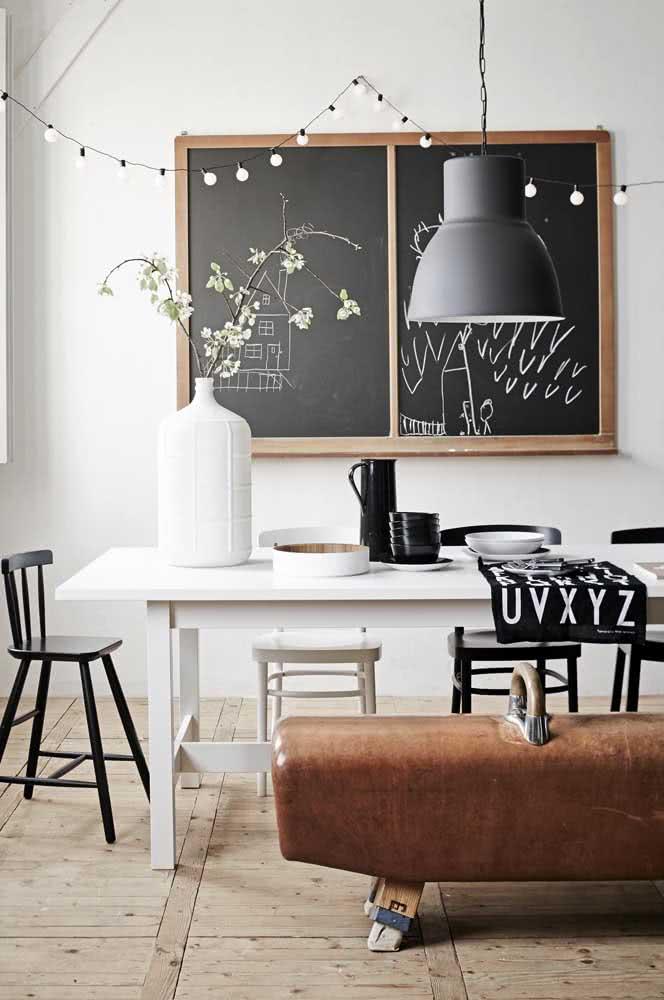A sala de jantar fica mais aconchegante com o varal de lâmpadas