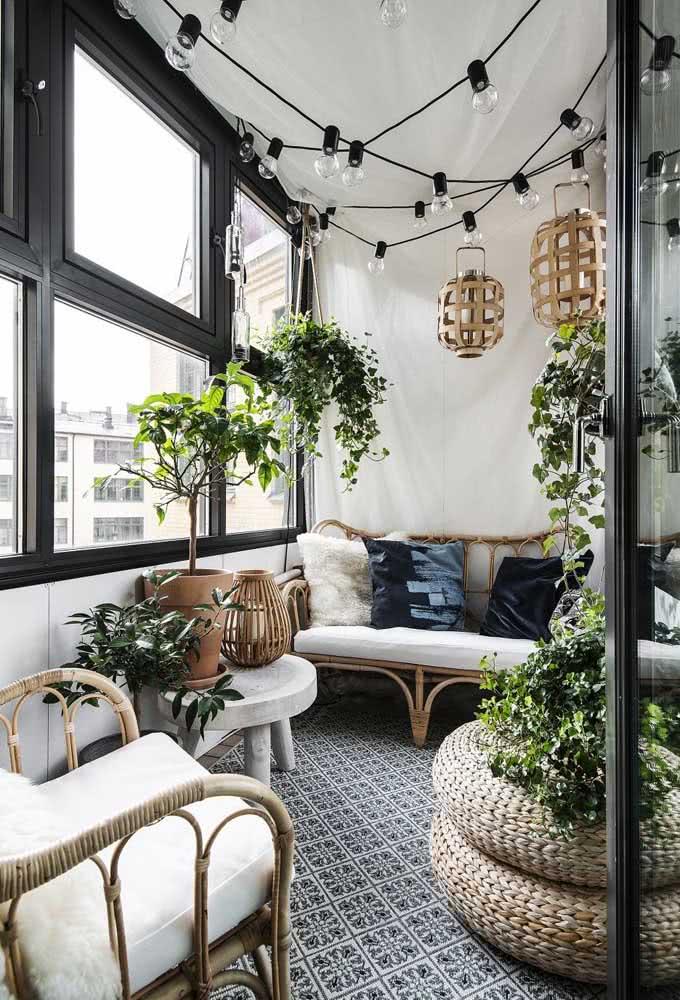 Lâmpadas e plantas para uma varanda convidativa