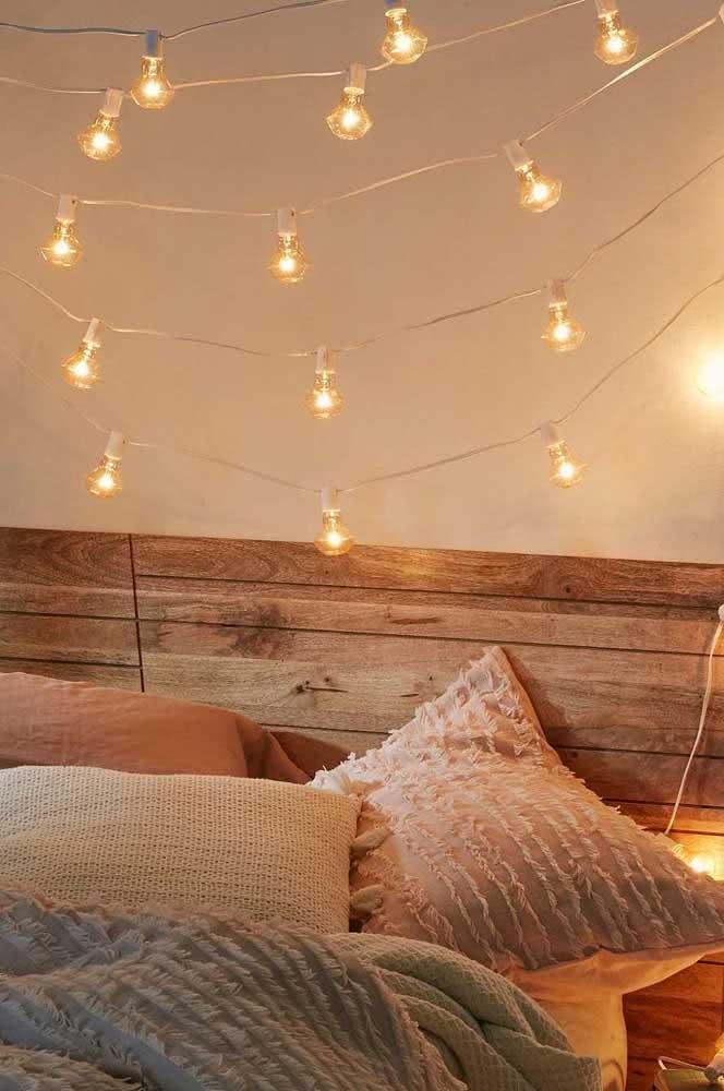 Já o varal de lâmpadas no quarto fica lindo sobre a cabeceira