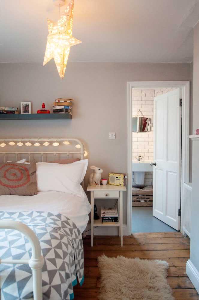 Que tal um varal de lâmpadas enrolado na cabeceira da cama?