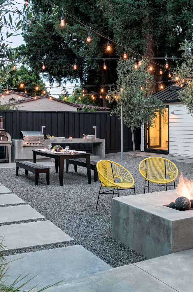 Varal de lâmpadas no quintal. Valorize a área externa de um jeito simples e barato