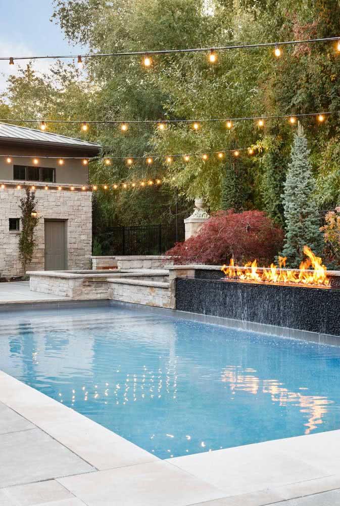 Pra curtir a piscina de noite nada melhor do que um varal de lâmpadas