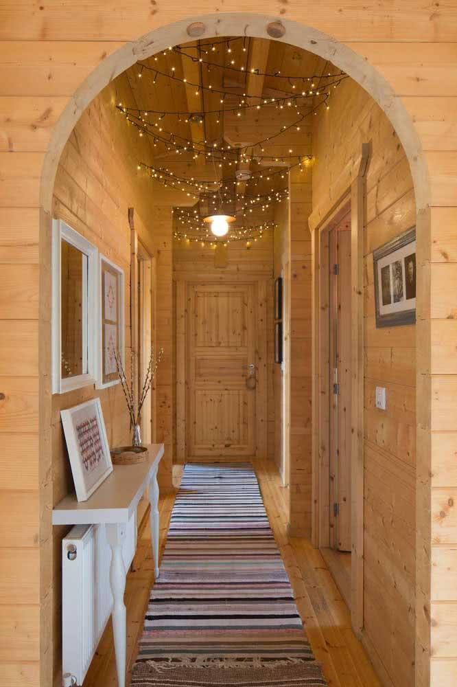Casa de madeira e varal de lâmpadas: tem como ficar melhor?