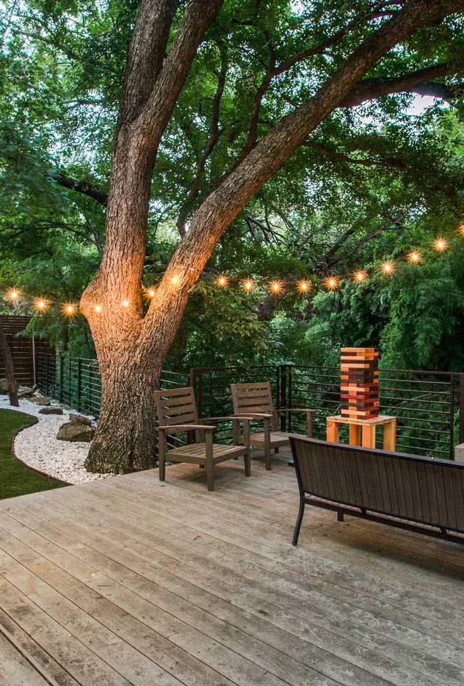 As árvores potencializam o efeito do varal de lâmpadas
