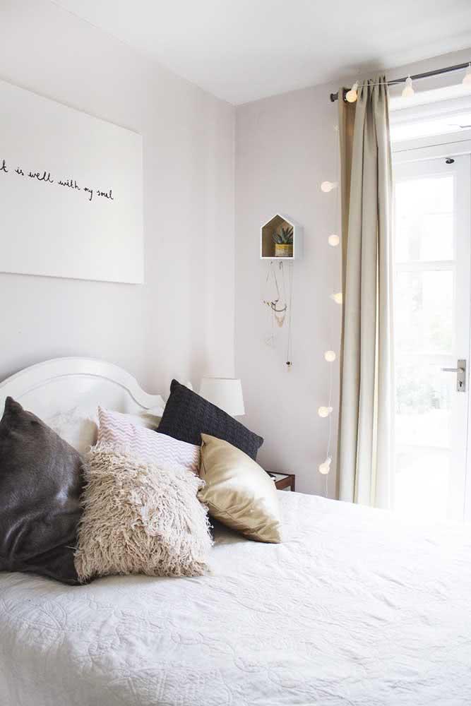 Já nesse quarto, o varal de lâmpadas emoldura a cortina