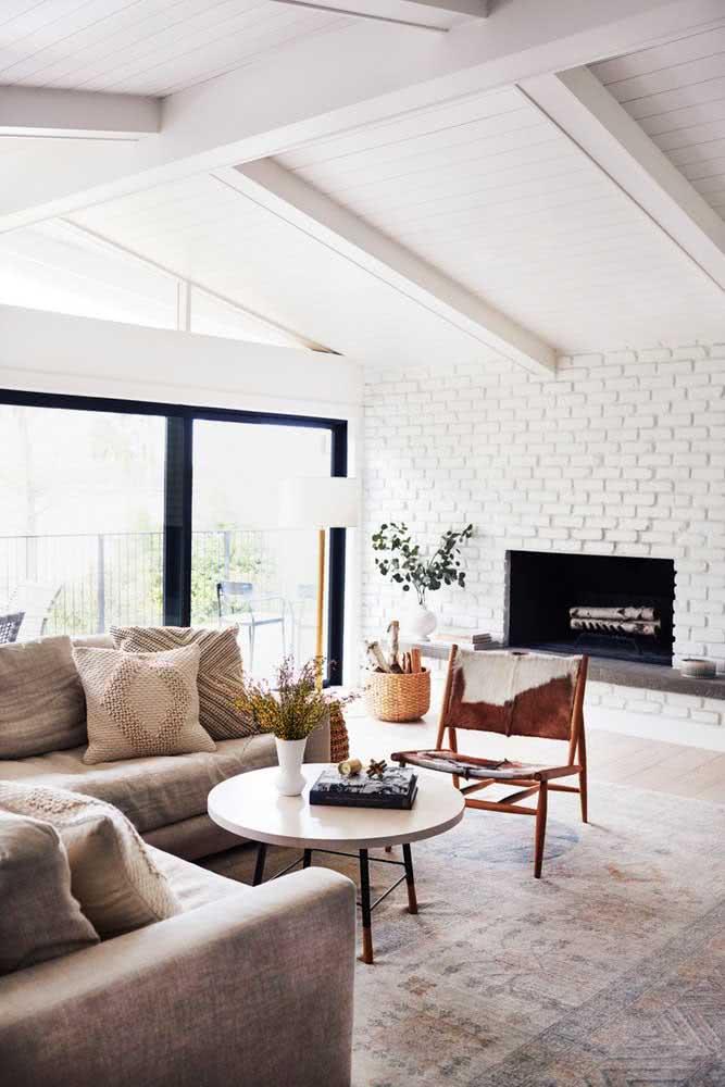 Revestimento para sala de tijolinho branco combinando com a proposta rústica da lareira