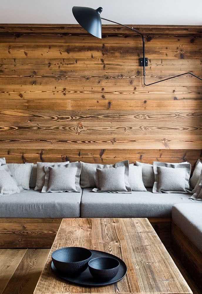 Madeira rústica no revestimento, nos móveis e no piso