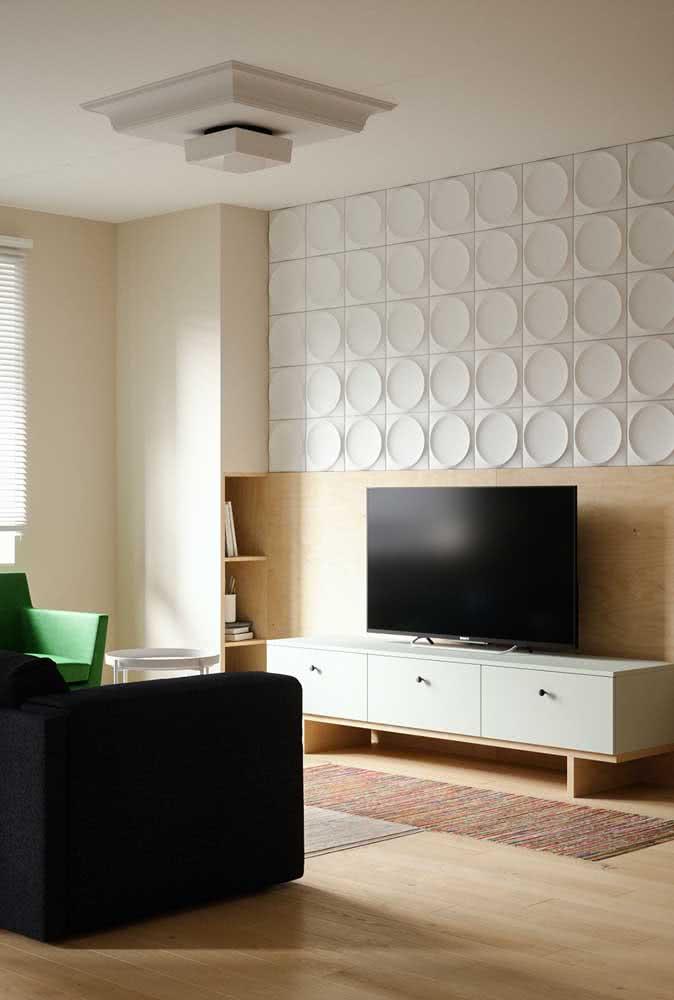 Nessa outra sala, o revestimento 3D ganha destaque como painel para TV