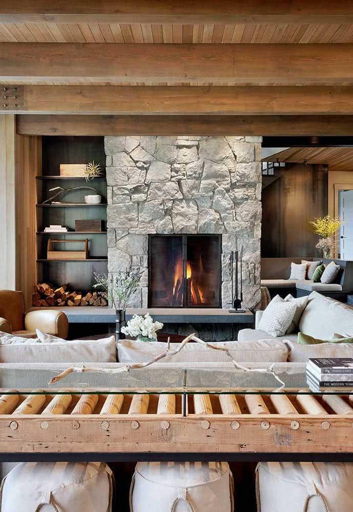 Pedra e madeira: a combinação perfeita para uma sala aconchegante
