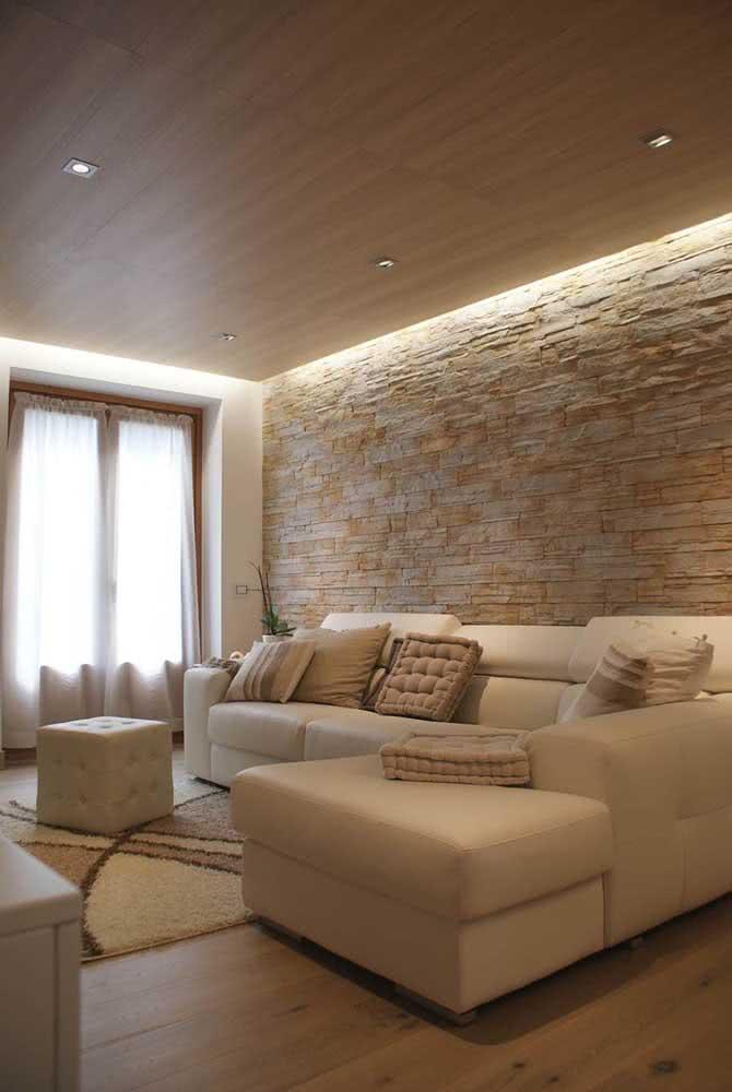 Revestimento de pedras filete contrastando com o piso e o teto de madeira