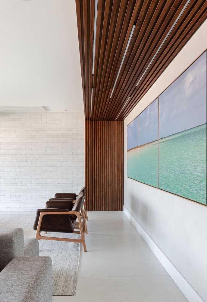 Parede de tijolinhos brancos combinada ao painel de madeira