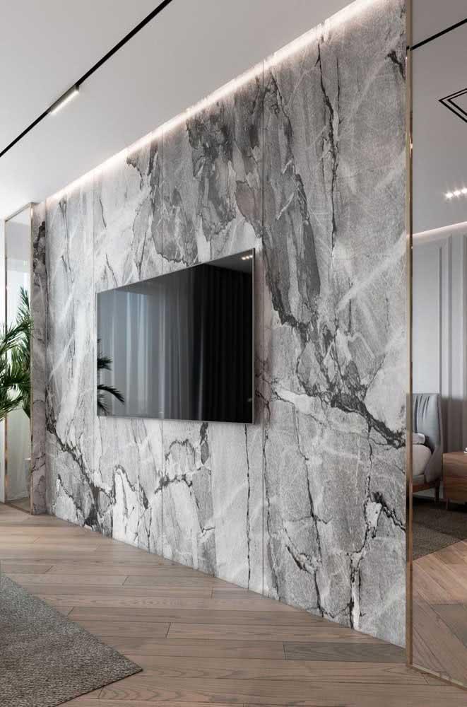 E que tal uma parede de mármore para a TV?