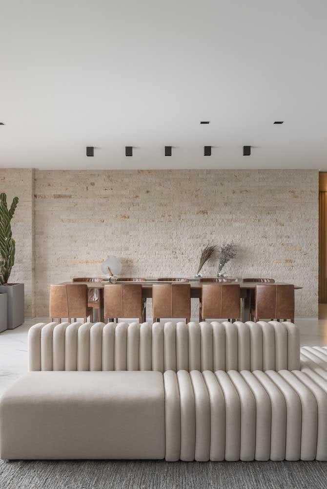 Parede de tijolinhos para destacar a integração entre sala de estar e jantar
