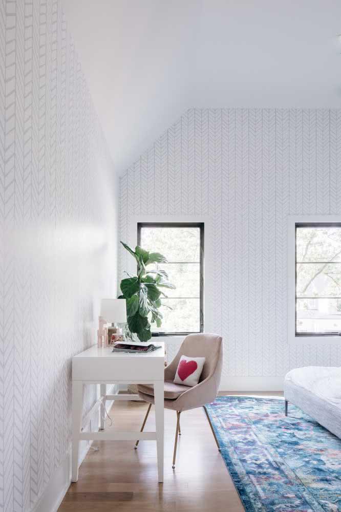 O quarto branco e minimalista ganhou vida com o verde da Ficus Lyrata
