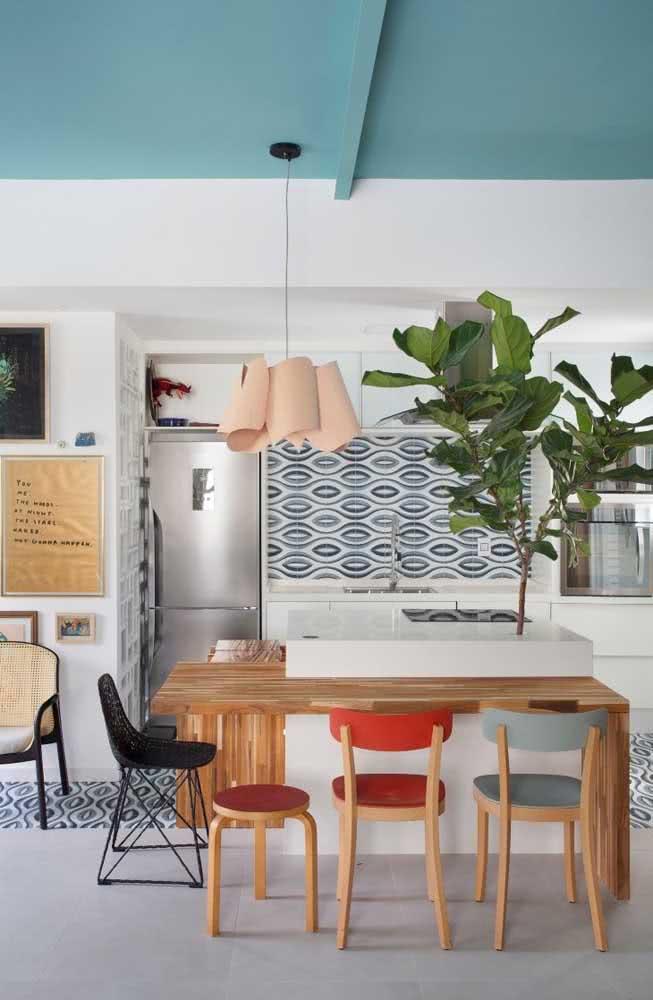 A cozinha descontraída também fica perfeita com o vaso de Ficus