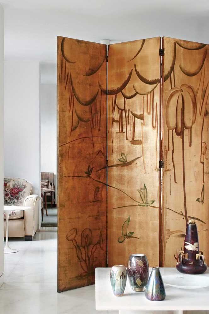 Biombo de madeira ricamente trabalho à mão para valorizar a sua casa