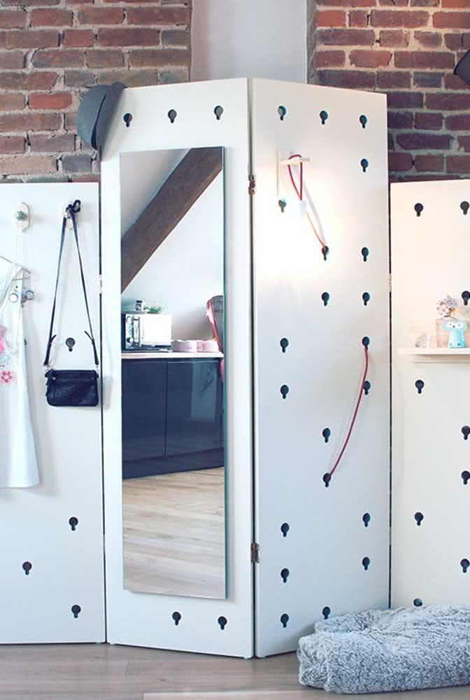 Biombo de madeira moderno com espelho e cabideiros removíveis