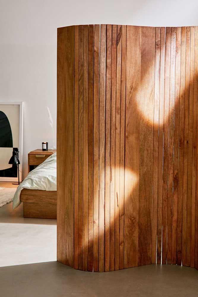 Biombo de madeira fechado para o quarto do casal
