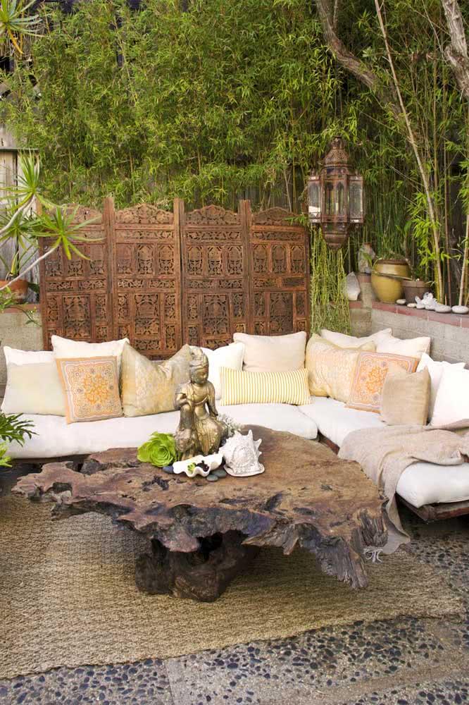 Biombo indiano no jardim combinando com o estilo oriental do paisagismo
