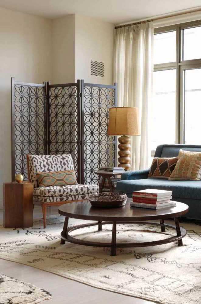 Biombo de madeira como painel decorativo da sala