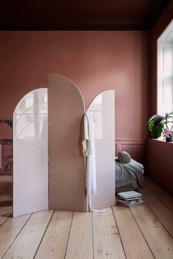 Contemporâneo, esse biombo de madeira se destaca na cor e no formato