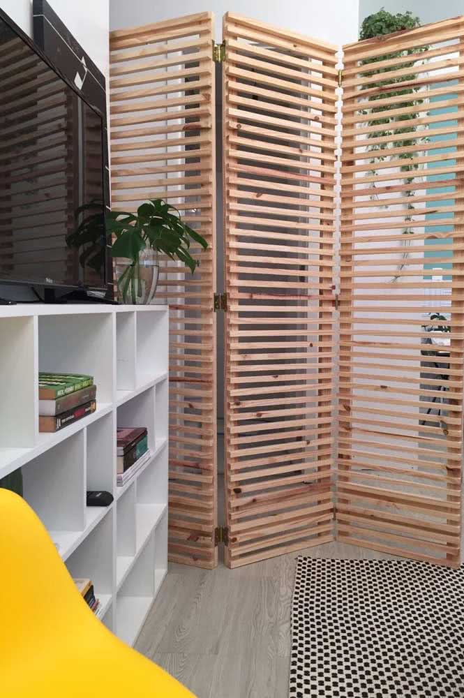 Biombo de madeira ripada para um ambiente moderno