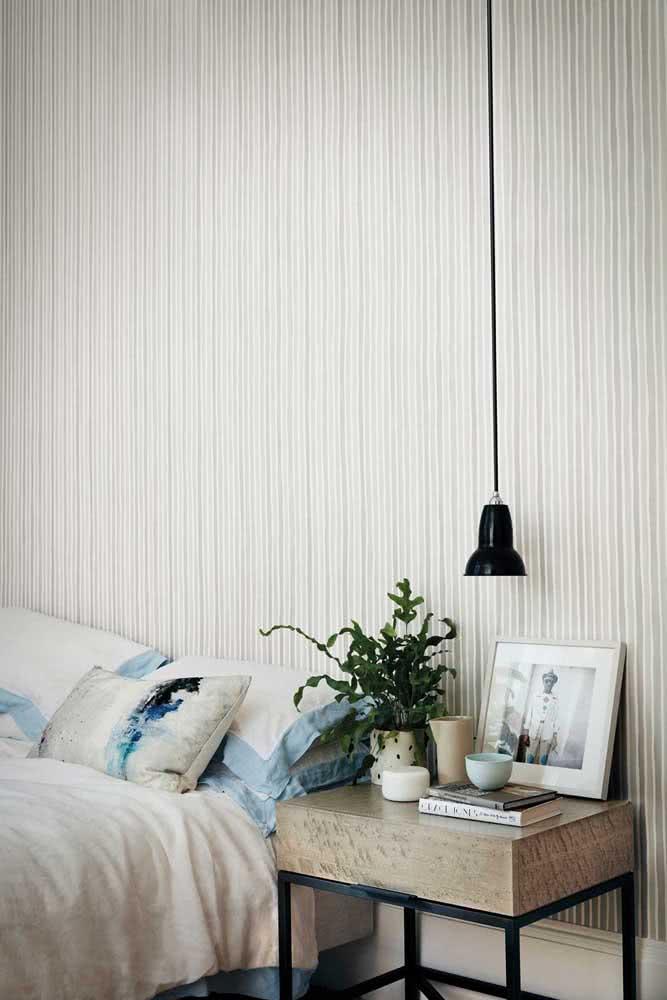O quarto do casal ganhou amplitude com o papel de parede listrado vertical