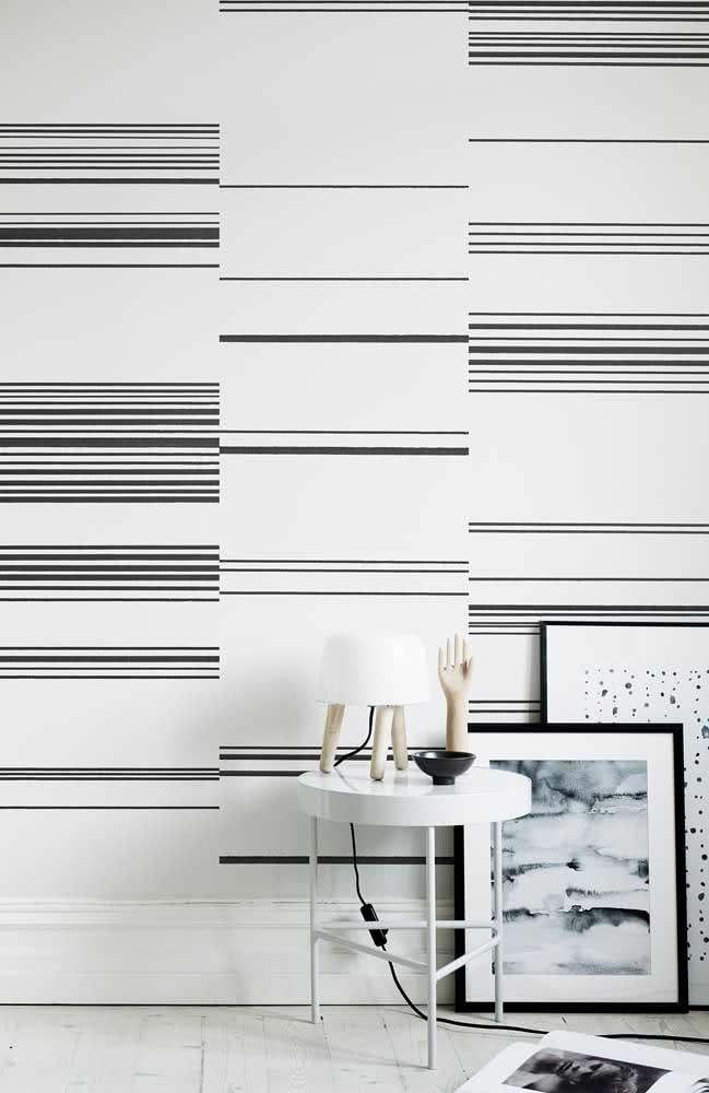 A irregularidade é o destaque desse papel de parede listrado moderno