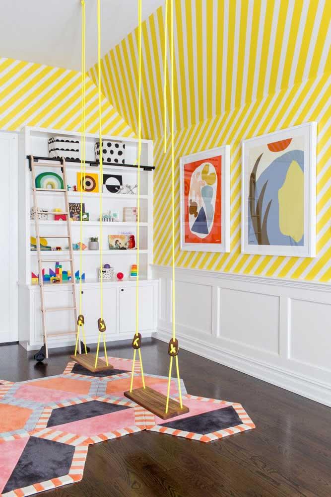 """Papel de parede listrado amarelo para """"aquecer"""" o quarto infantil"""