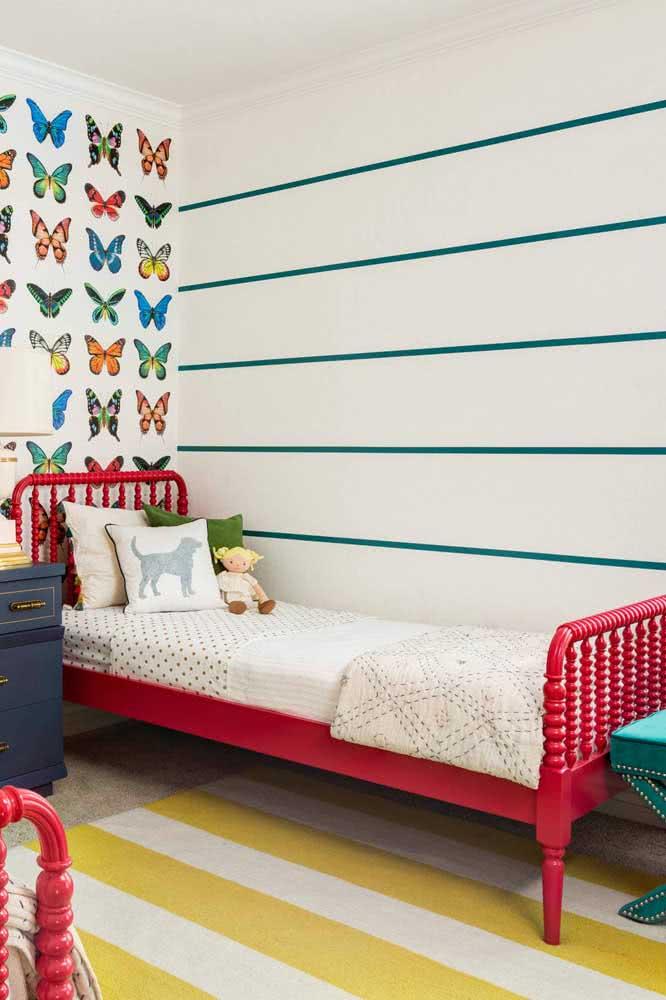 O espaçamento entre as listras é o que chama atenção nesse papel de parede. Repare que o tapete também é listrado