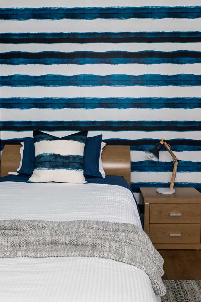 Que tal combinar a roupa de cama com o papel de parede listrado?