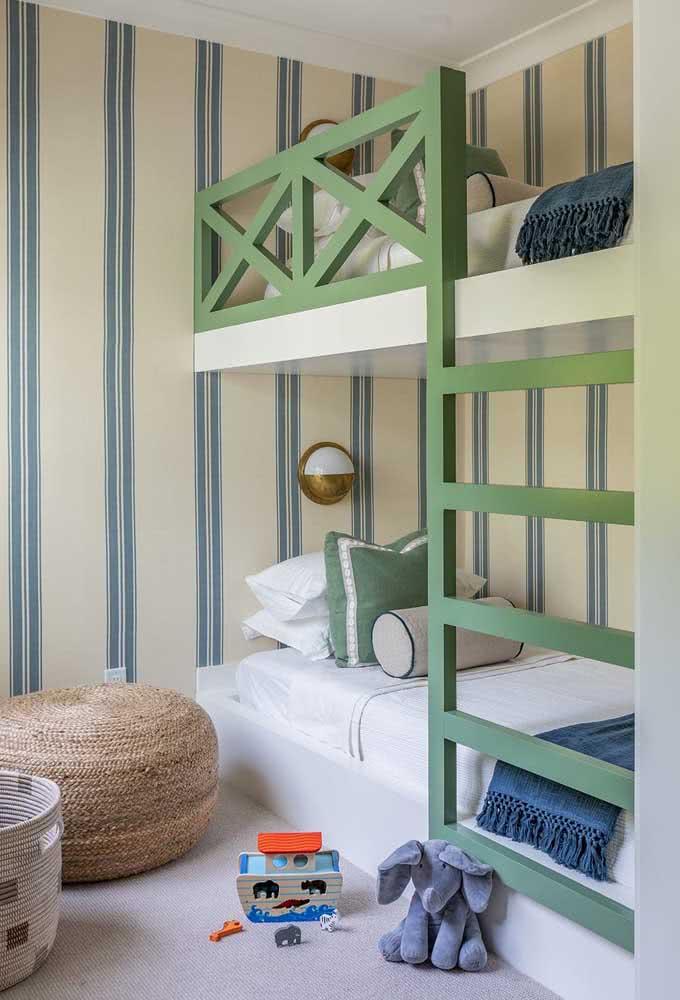 As listras verticais do papel de parede favorece a sensação de altura do quarto com beliche