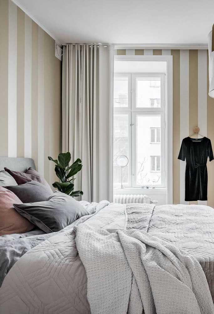 Listras largas e verticais para um quarto elegante