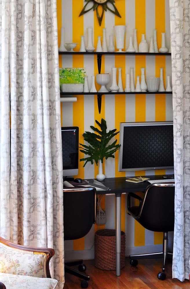 Mas se a intenção é criar um ambiente de trabalho caloroso, invista no papel de parede listrado amarelo