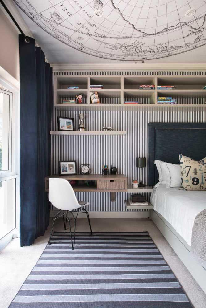 Já no quarto de casal, as listras trazem modernidade e estilo