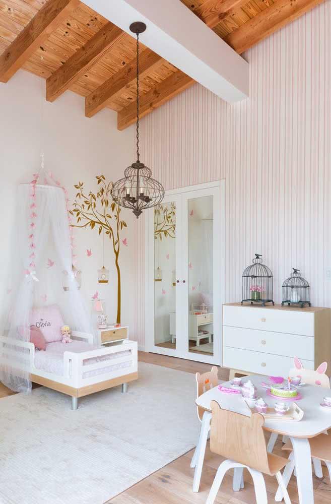 O estilo rústico também fica lindo com papel de parede listrado