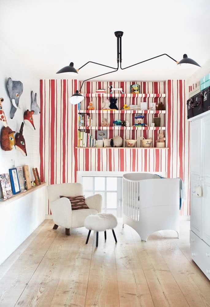 Enquanto o quarto infantil pode trazer um papel de parede listrado colorido revestindo até mesmo as prateleiras