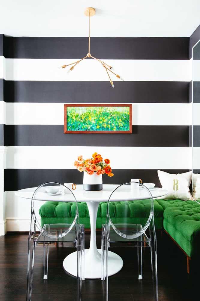 Já os mais contemporâneos vão amar a ideia de contraste proposto pelo papel de parede listrado preto e branco