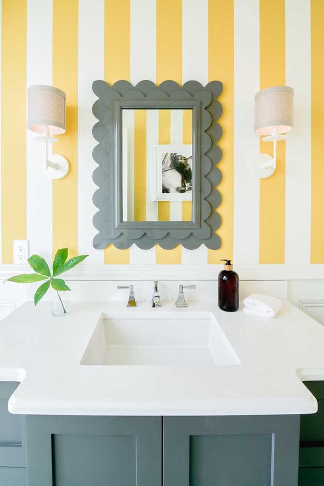 Brinque com cores quentes no lavabo usando um papel de parede listrado amarelo e branco