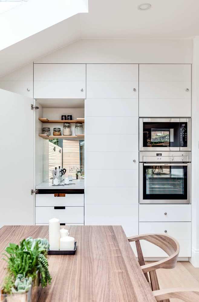 Torre quente branca com eletros em inox para uma cozinha moderna e elegante