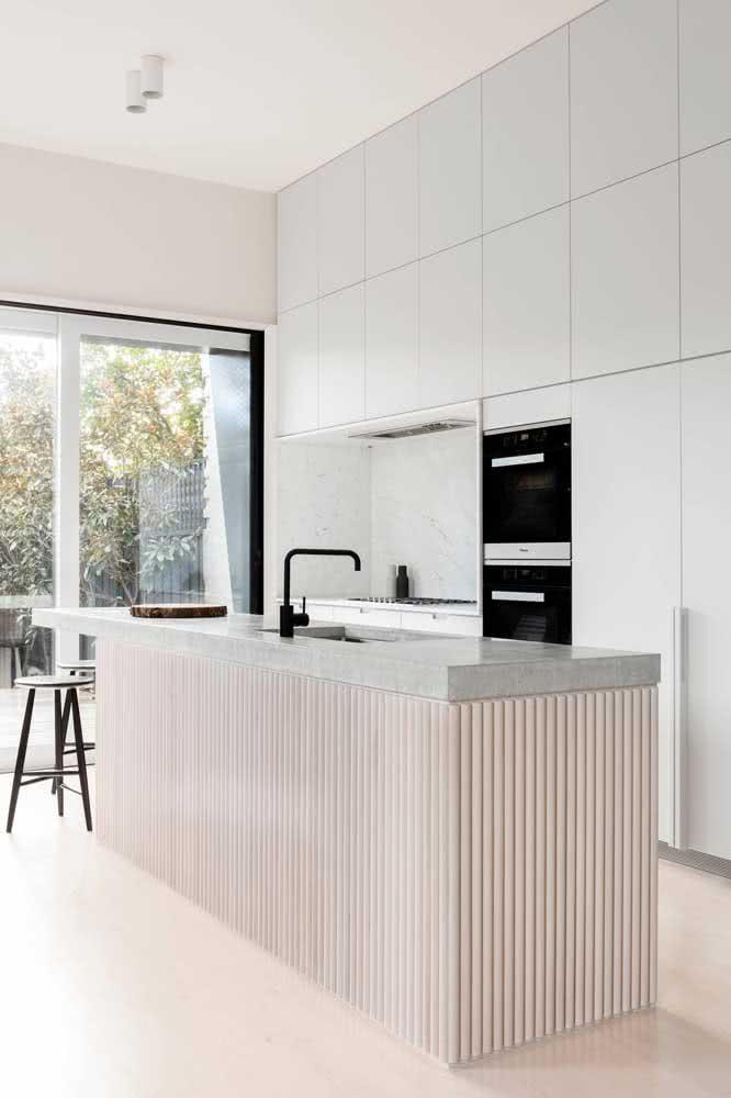 Já nessa outra cozinha, os eletros pretos contrastam com a marcenaria branca da torre quente e dos demais armários