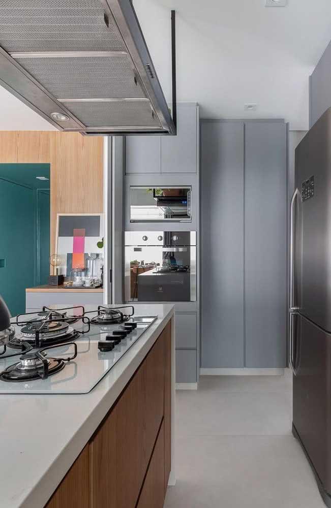 Torre quente na linha que marca a divisão entre a sala e a cozinha