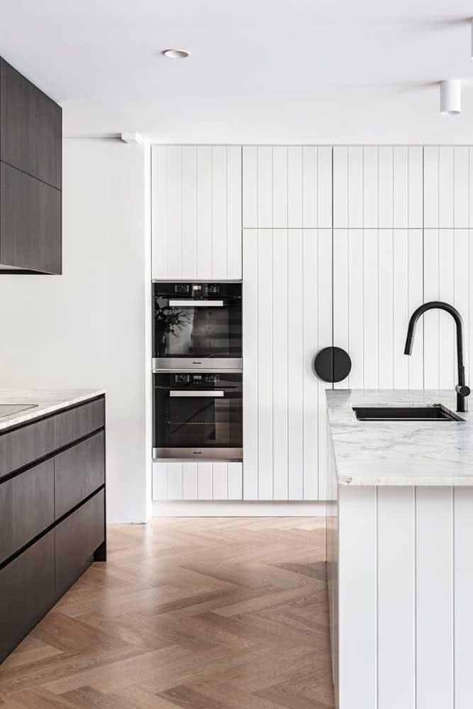 Fornos de embutir combinando com a paleta em preto e branco da cozinha