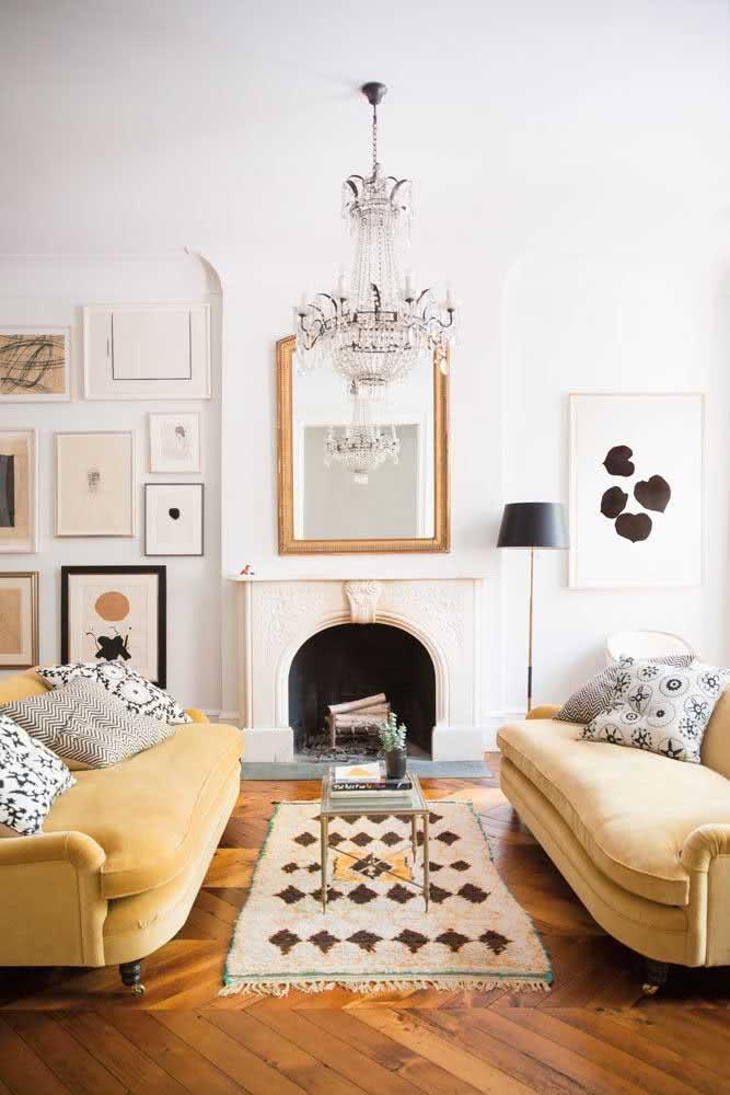 Amarelo pastel na sala de estar. O sofá trouxe estilo e manteve a elegância da decoração