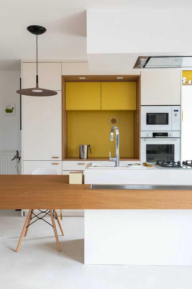 Aqui, o nicho amarelo é o destaque da cozinha moderna