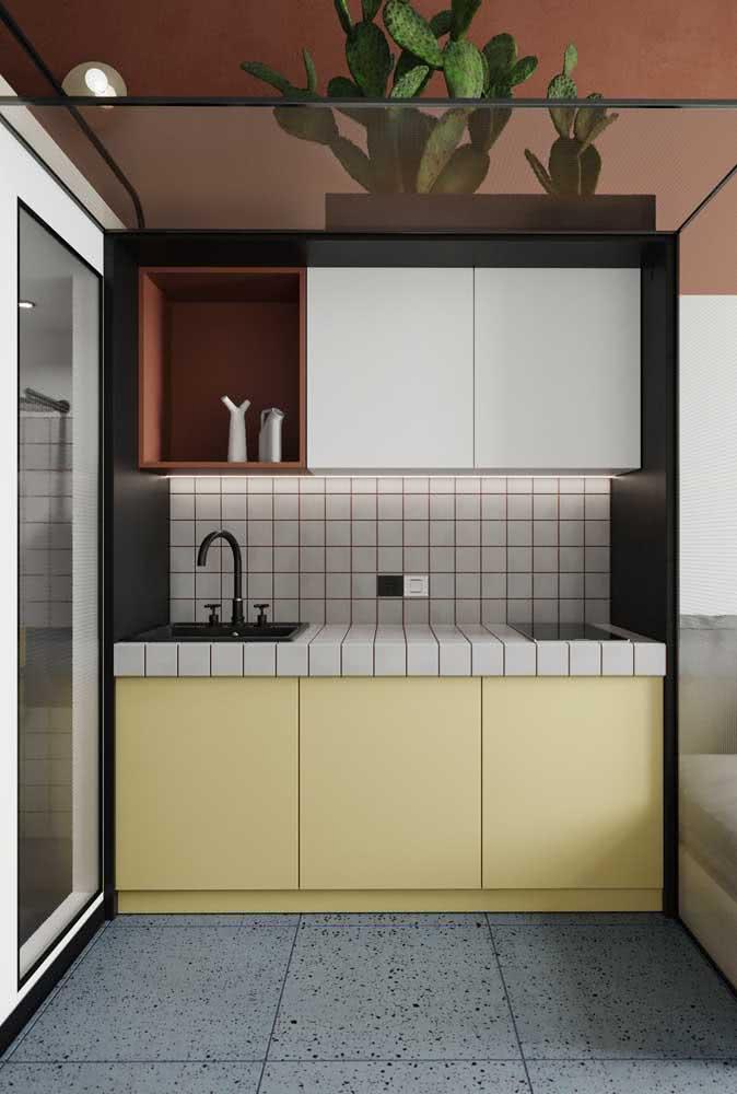 Se preferir algo mais moderno e ousado, vale combinar o amarelo pastel com preto e aos tons de vermelho queimado