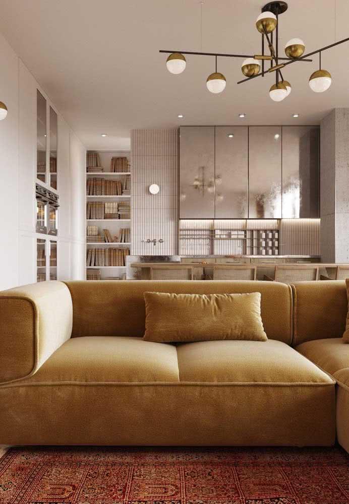 Uma sala confortável e acolhedora com sofá amarelo pastel e tapete vermelho