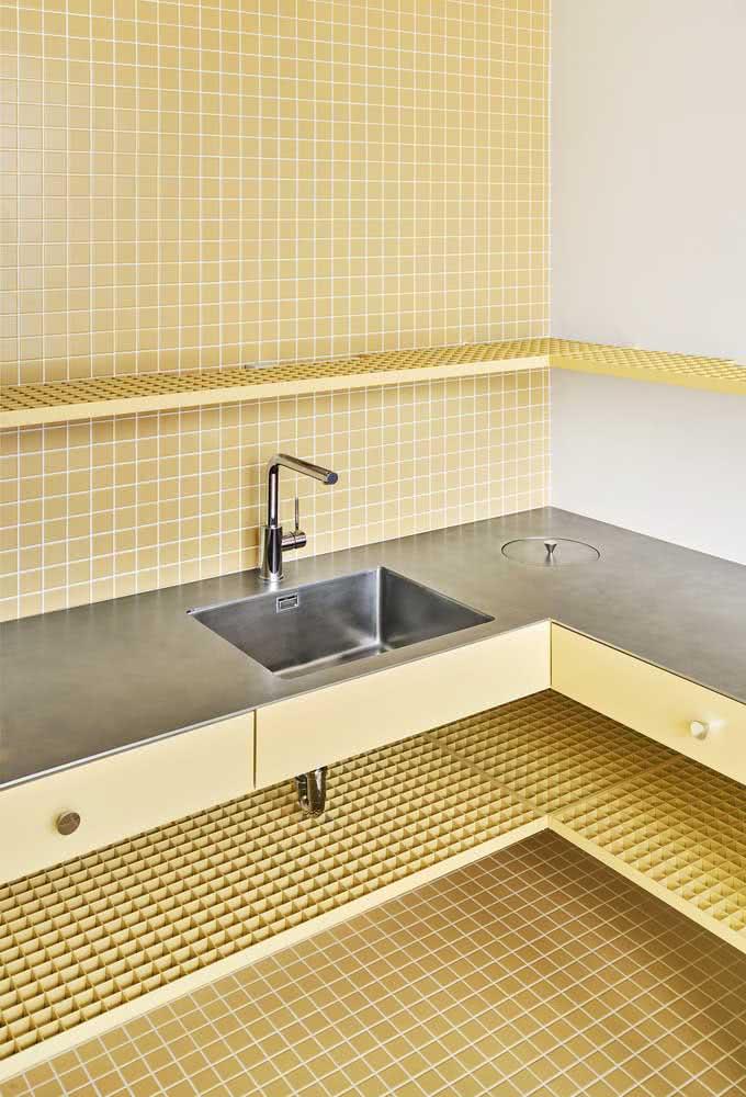 Pastilhas amarelas para revestir o banheiro da parede ao piso