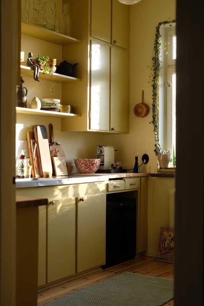 Cozinha iluminada, quente a afetiva graças ao armário amarelo pastel